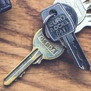 Может ли собственник доли в квартире продать ее без извещения всех собственников?