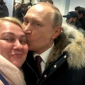 Интрига дня: названо имя блондинки, которую поцеловал Путин
