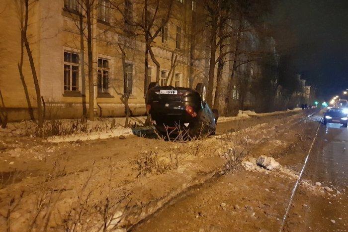 ДТП с перевертышем в Пушкине: в иномарке ехали нетрезвые молодые люди