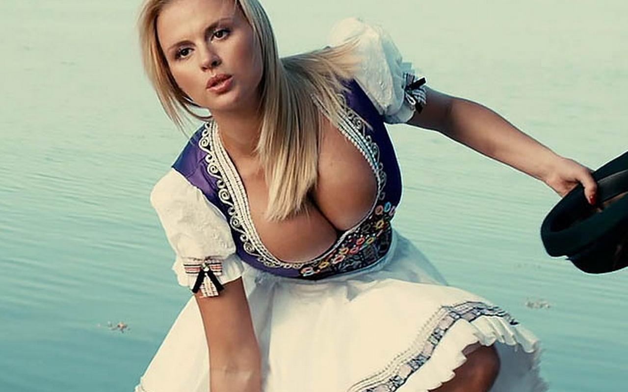 Пышная грудь актрисы Анны Семенович (эротика)