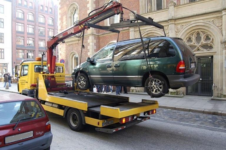 Автомобиль хотят принудительно задержать и поместить на спецстоянку или уже увезли на эвакуаторе,...