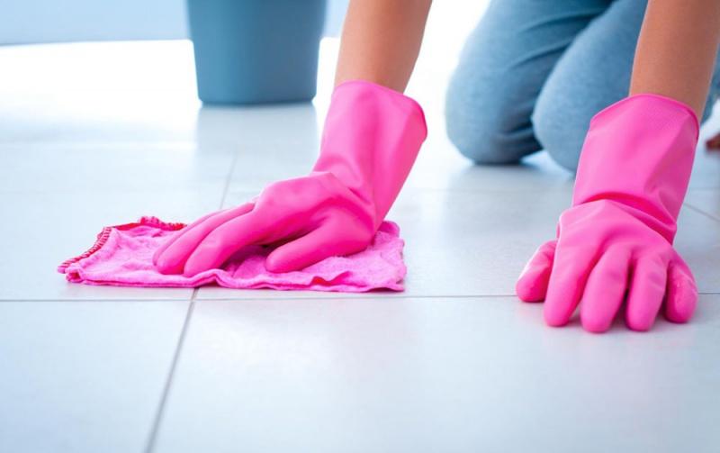 Я мыла полы, чтобы прокормить семью, пока муж «искал» работу