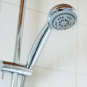 Ради экономии воды коммунальщики предложили «принимать душ вдвоем»