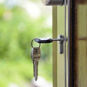 Как «выписать» человека из квартиры, если он там не проживает и не платит?