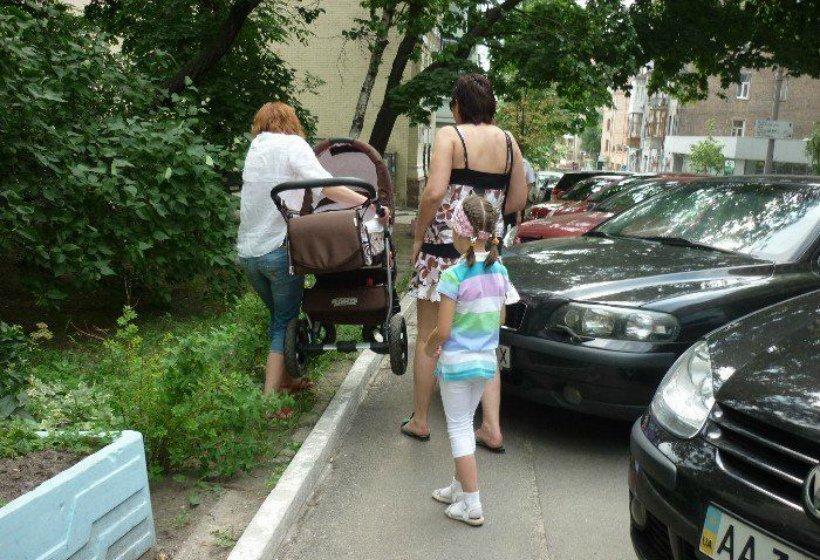 Правила и особенности парковки машин во дворах