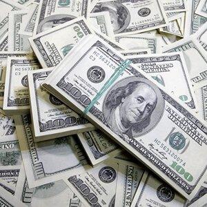 Чемоданы рублей и пачки долларов. ЦБ: в банках РФ тайно скупают валюту