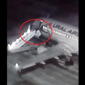 По факту падения пассажиров с трапа в аэропорту Барнаула возбуждено дело