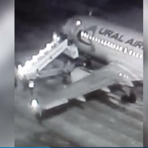 Шесть человек упали с трапа при посадке в самолет в Барнауле