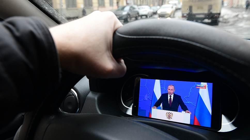 Путин поручил снизить налоги для семей с детьми