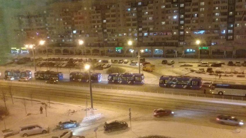 ДТП В РАЙОНЕ КОМЕНДАНТСКОГО СОБРАЛО ВЕРЕНИЦУ ТРОЛЛЕЙБУСОВ