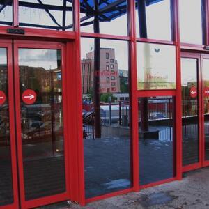 Спор со страховой компанией: как прицеп повредил распашные ворота торгового центра