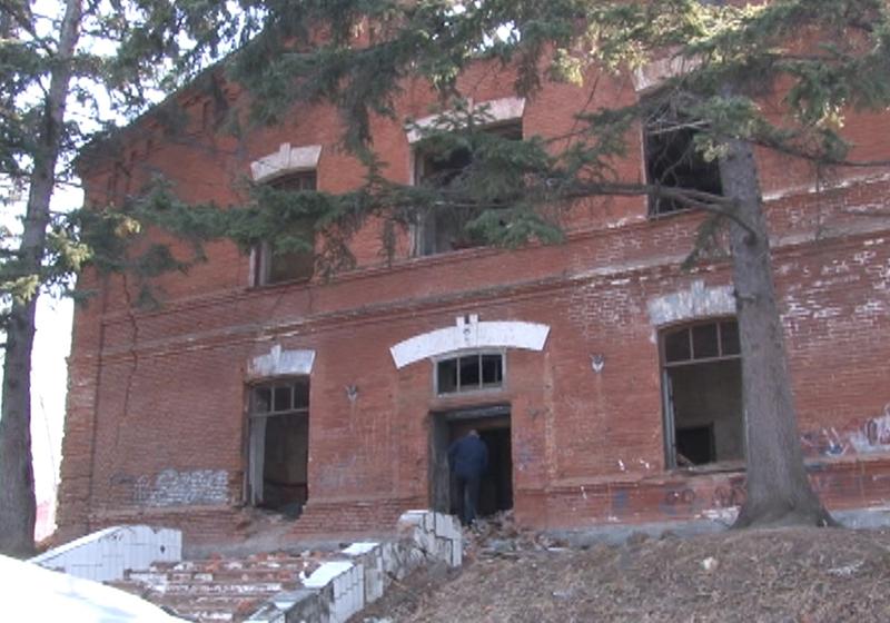 Десятилетняя девочка сломала ногу в заброшенном здании на окраине Хабаровска.