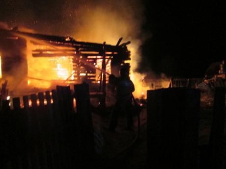 Девятнадцатилетний парень спас семью из горящего дома.