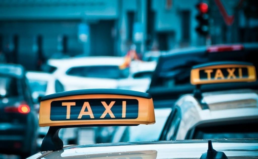 В Петербурге трое неизвестных ограбили таксиста