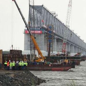 Россия и Китай соединили части железнодорожного моста через Амур