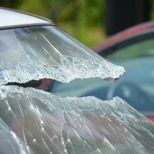 Коллекторы воткнули в автомобиль должника топор и повесили на него венок