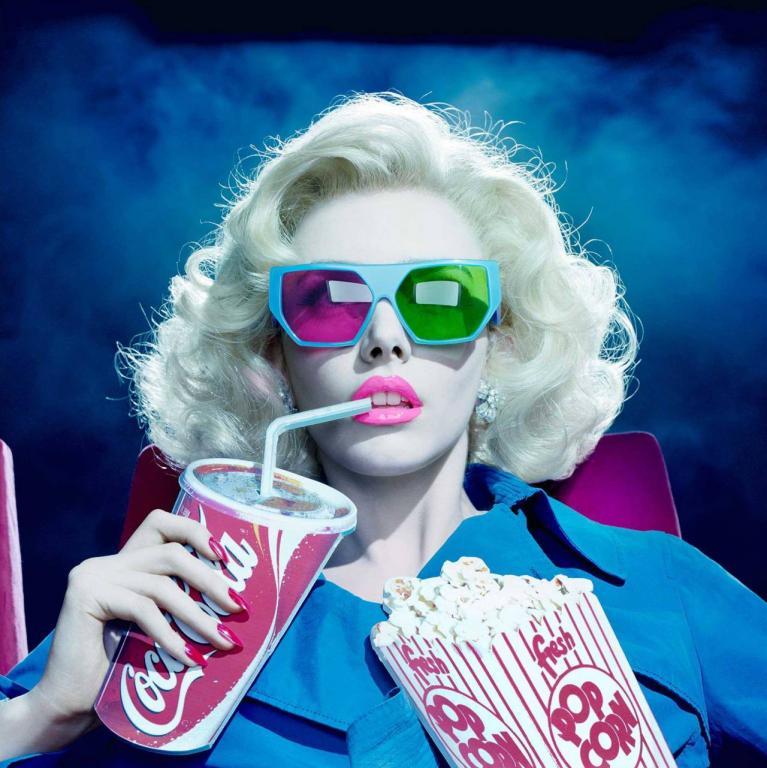 Мы едим попкорн и запиваем кока-колой