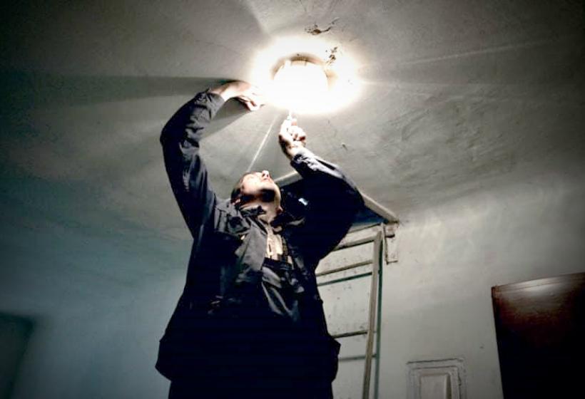 Кто должен вкручивать лампочки в подъезде?