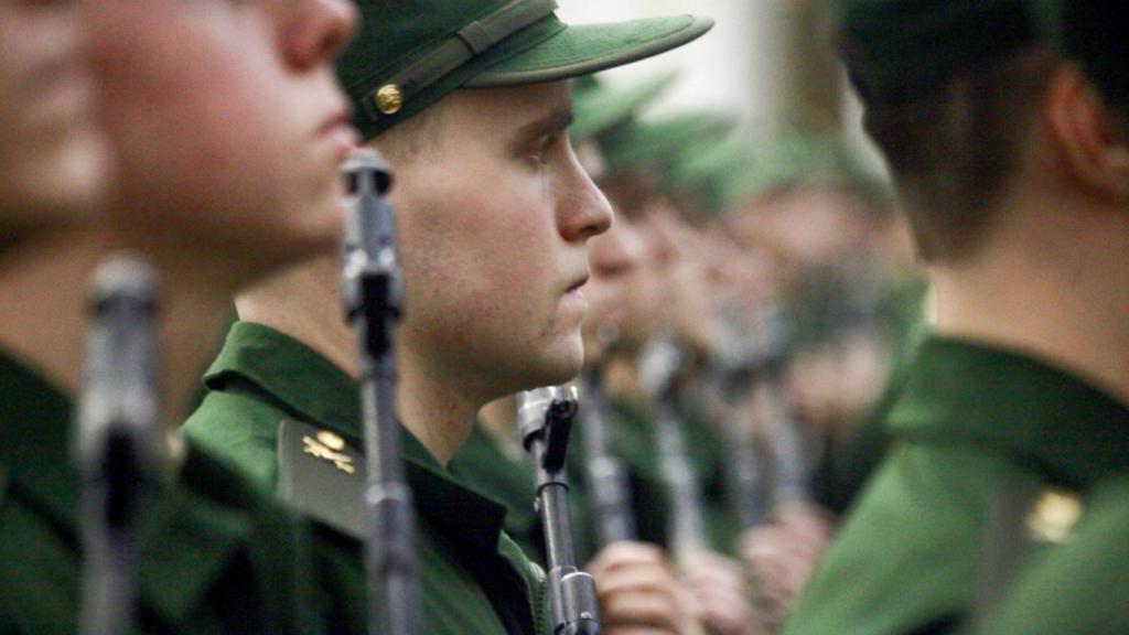 Настоящие мужчины должны служить в армии, говорит большинство россиян.