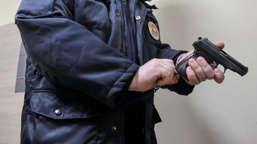 Российский полицейский задержан за стрельбу по играющему ребенку.