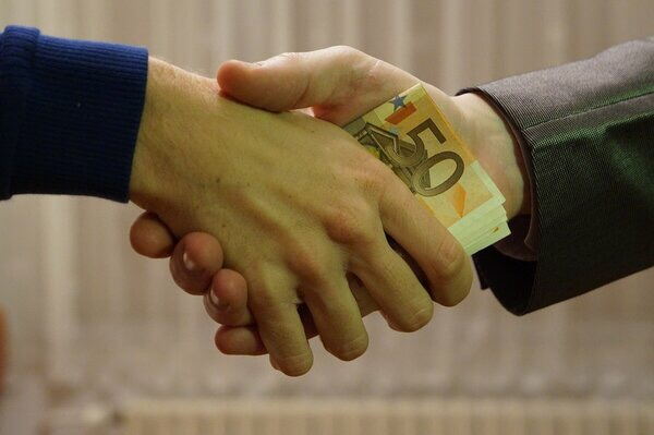 Снять арест с имущества и продать, чтоб не успели отобрать: узнаем, что помогает