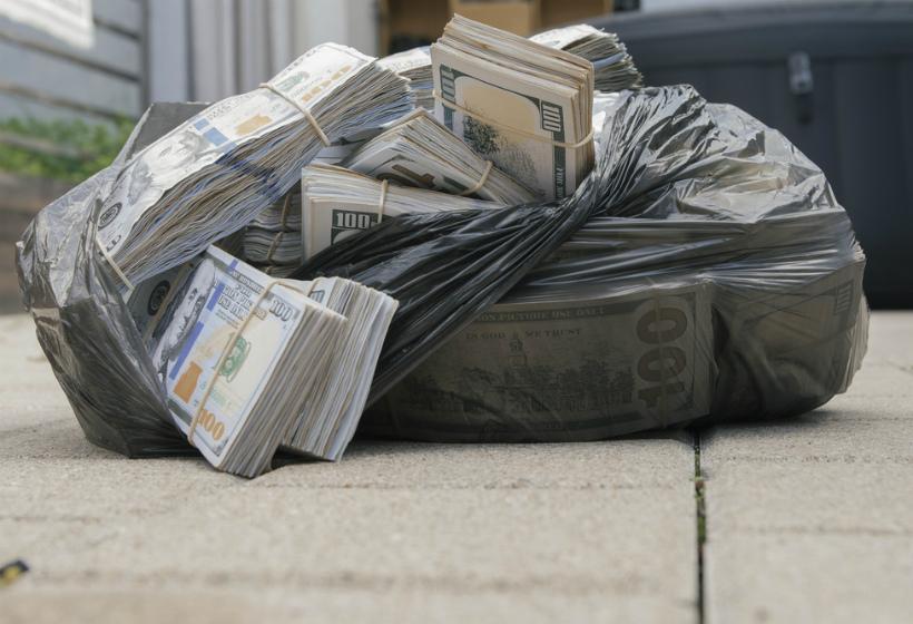 Женщина нашла сумку с миллионом рублей и вызвала полицию