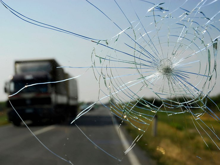 Ветровое стекло повредил камень. Является ли это ДТП?