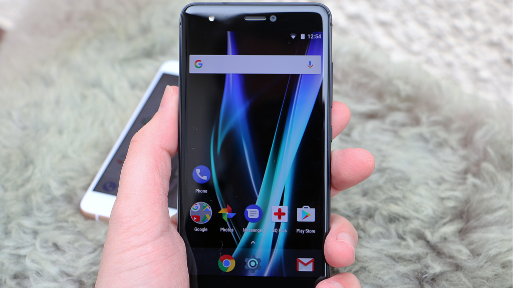 Мощный смартфон 2017 года с небольшим экраном