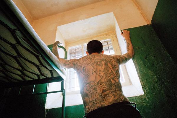 Зима близко... В самой северной тюрьме России сидят убийцы и террористы. Здесь холод и полярная ночь