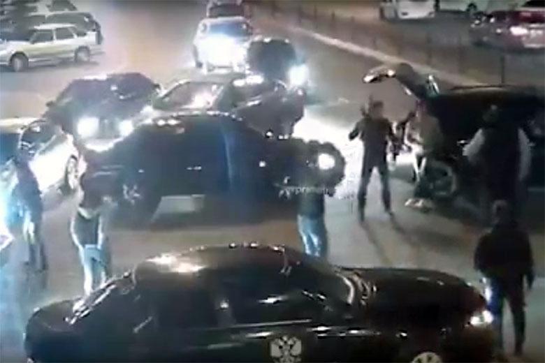 Кто в доме хозяин ? В Калуге, кавказцы с автоматом перекрыли улицу, выплясывая лезгинку Видео
