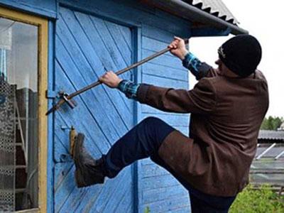 В Гатчине воры оставили участок без ванны, двери и дверного проёма