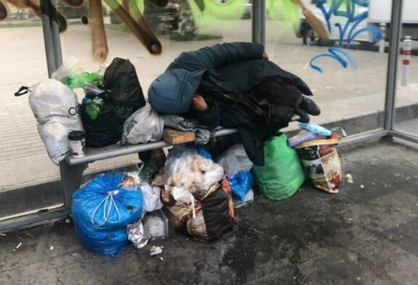 В центре Петербурга не могут выселить бездомную женщину с автобусной остановки