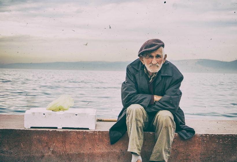 Одиноких стариков предложили пристраивать в российские семьи