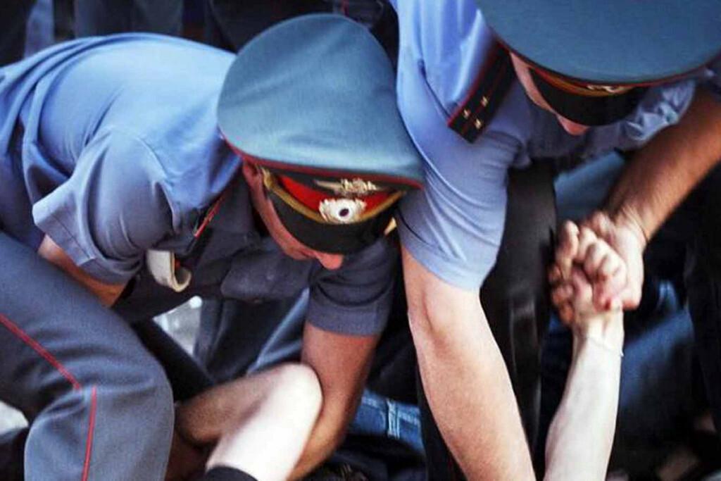 Мы можем и убить: Полицейские избили обратившегося к ним мужчину на глазах у дочери
