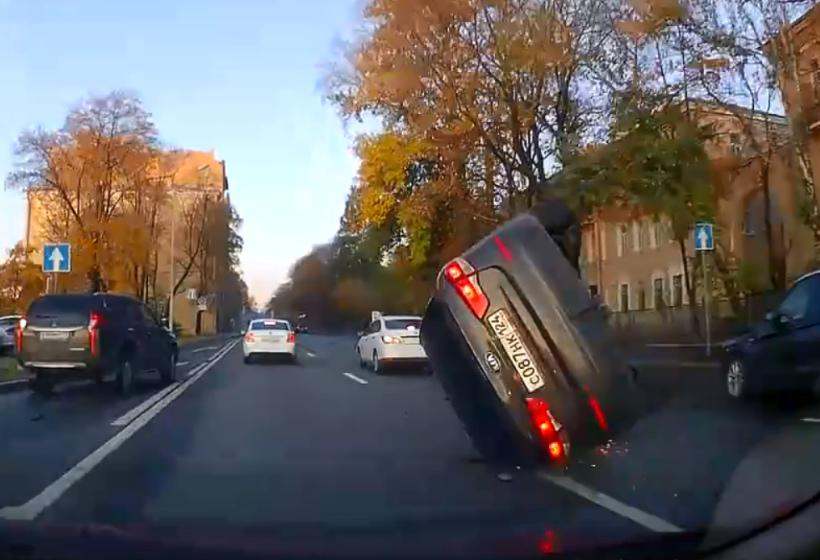 В Петербурге ДТП в «перевертышем» попало на видео