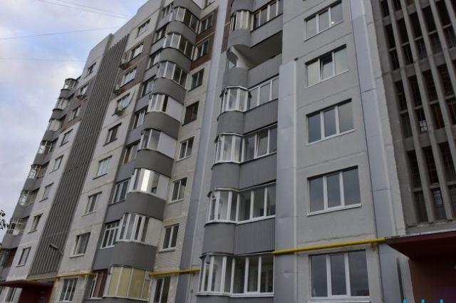 «Упала с 5 этажа и побежала»: на Большевиков афроамериканка выпала из окна
