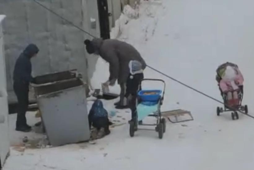 В Якутске мать с четырьмя детьми собирала еду в мусорных баках