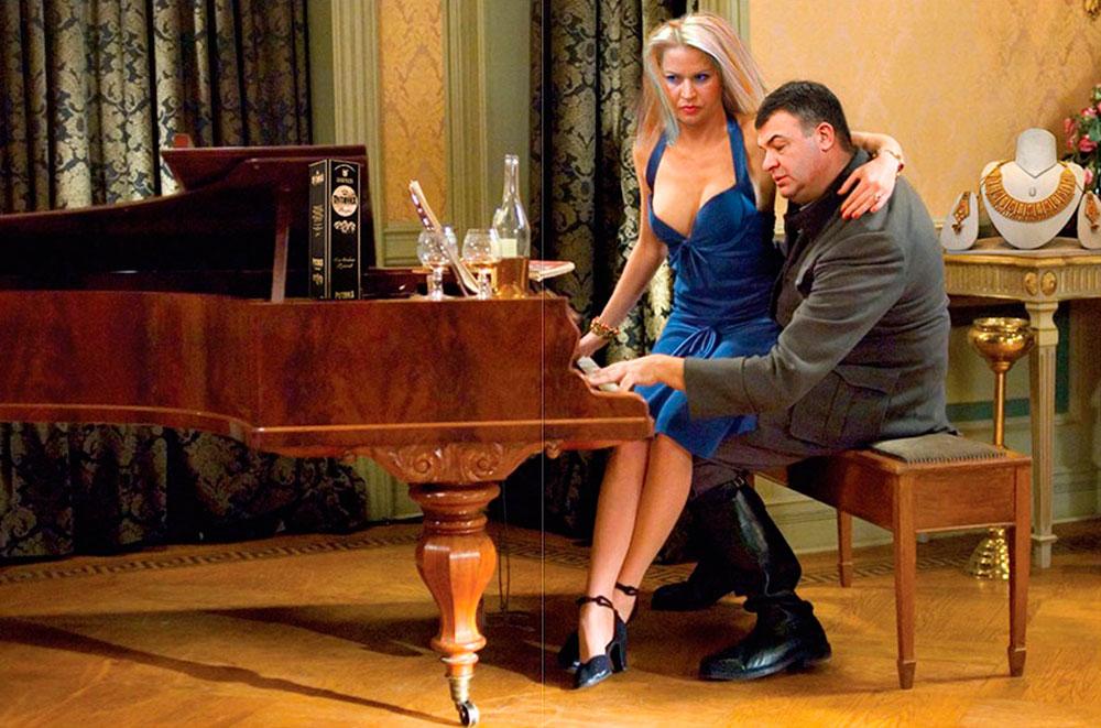 Сердюков и его подчиненная Васильева поженились и сразу стали многодетными родителями