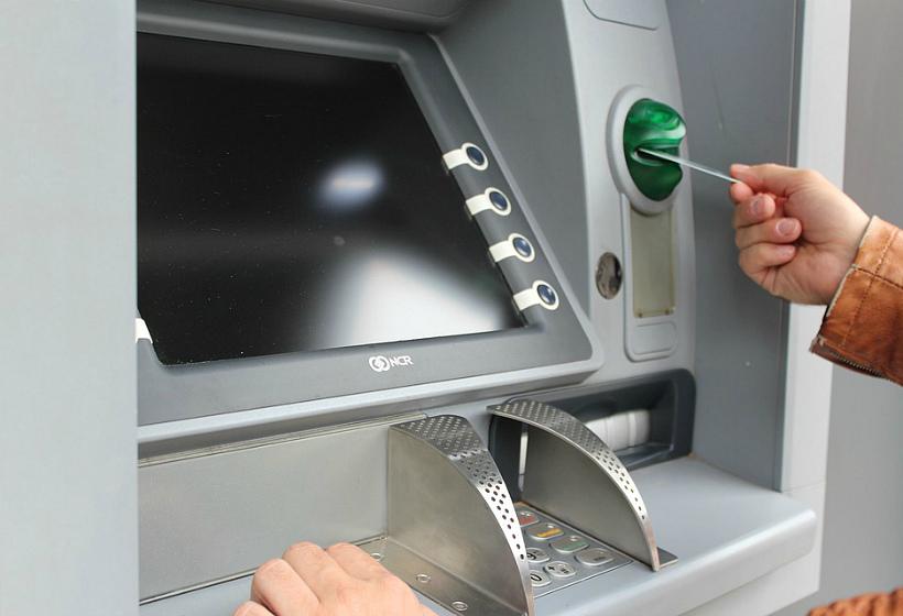 Карта в банкомате – новое обличие опасного мошенничества из 1990-х