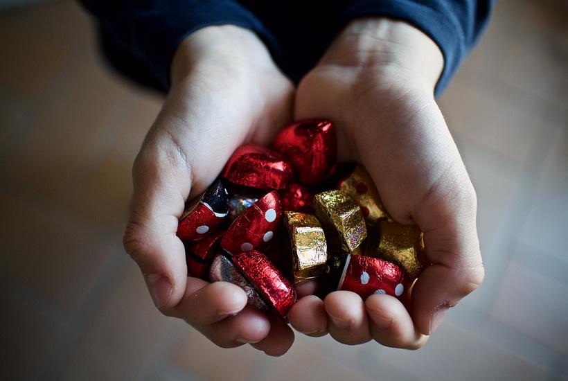 В Пензе Дед Мороз раздавал детям снюс под видом конфет