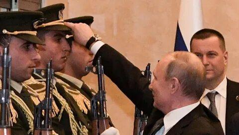 Владимир Путин поднял фуражку палестинского гвардейца(поднимите кого-нибудь с колен в России)