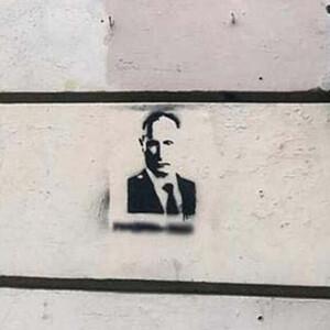 В России арестованы двое уроженцев Кыргызстана за граффити с призывом убить Путина.