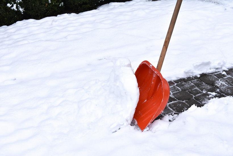 В Уфе чиновников заставили убирать снег