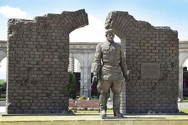 Фашистская дивизия...принимала парад русского офицера(Брестская крепость)
