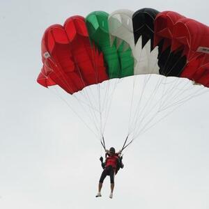 ВИДЕО . В Мурино неизвестные экстремалы прыгнули с парашютом с крыши новостройки