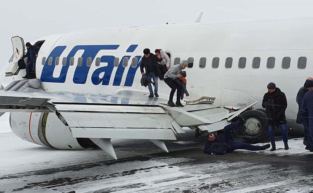 Пассажирский Boeing компании Utair совершил жесткую посадку в Коми .