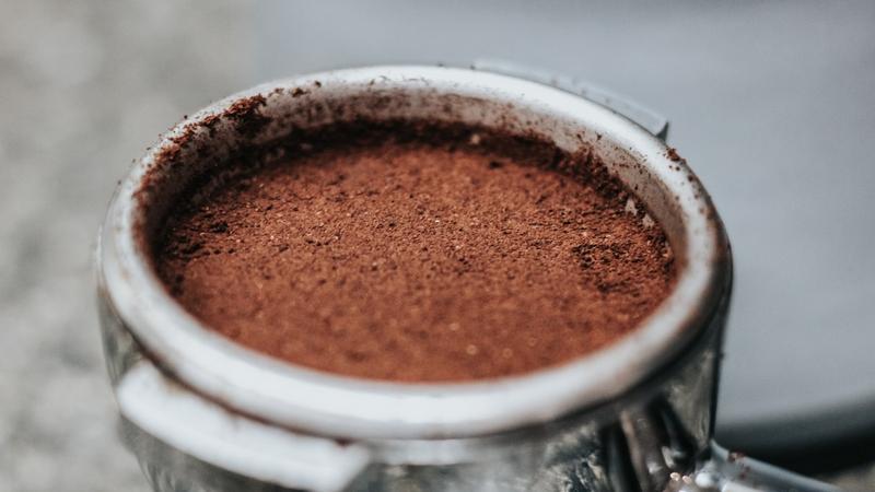 Эксперты нашли в российском кофе следы золы, запах пыли и дерева