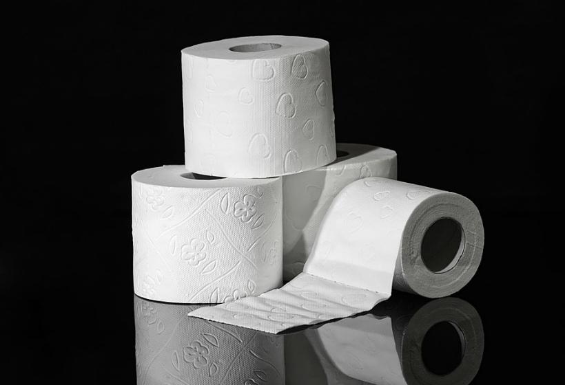 Пенсионер передал депутатам туалетную бумагу за прибавку в 21 рубль