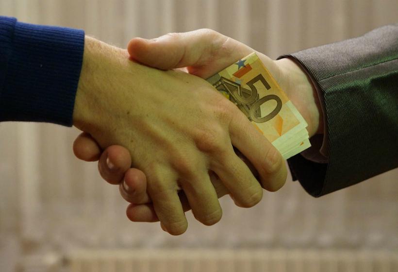 Правовые проблемы разграничения дарения и взятки в аспекте государственной службы