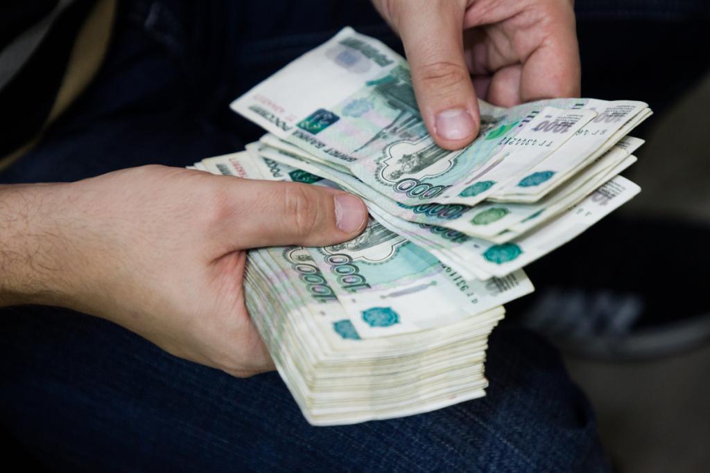 Работодатели обязаны по закону повысить зарплату: как этого добиться на практике